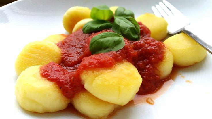 Gnocchi selber machen ohne Ei mit Tomatensoße ist einfach. Das sind eigentlich kleine Kartoffelklöße und keine Nudeln. Sie werden oft als Nudelgericht geführt.
