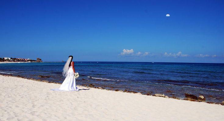 Matrimonio in Messico, sposa aspetta il marito che arriva dal celo.  by Giovanni Frenda