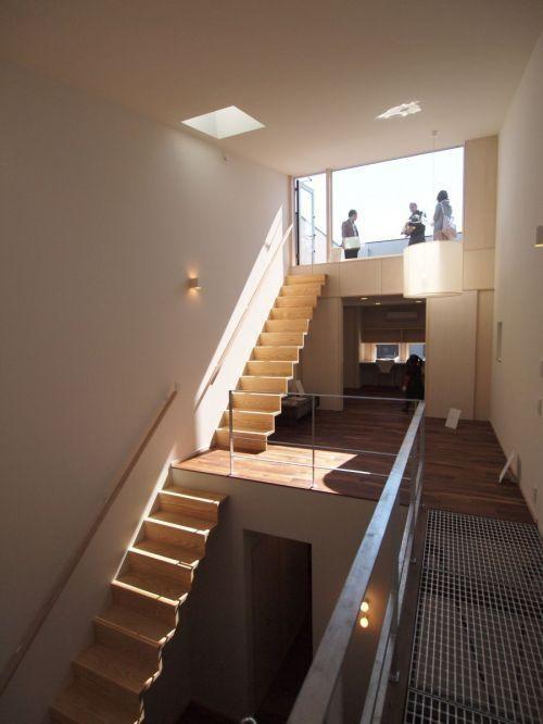 屋上への階段が続く吹抜の風景