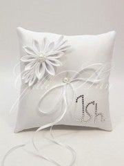 Свадебная подушечка для колец Gilliann Lace Pearl с инициалами из камней Сваровски PIL247 - Подушечки для колец <- Церемония - Каталог  | WedStyle.su