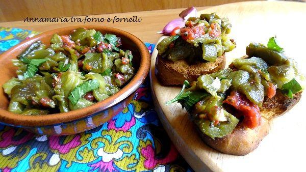 Questa è una ricetta che si può usare sia come contorno, che come condimento a delle bruschette. Io ho usato dei peperoni verdi, ma si può anche fare con i