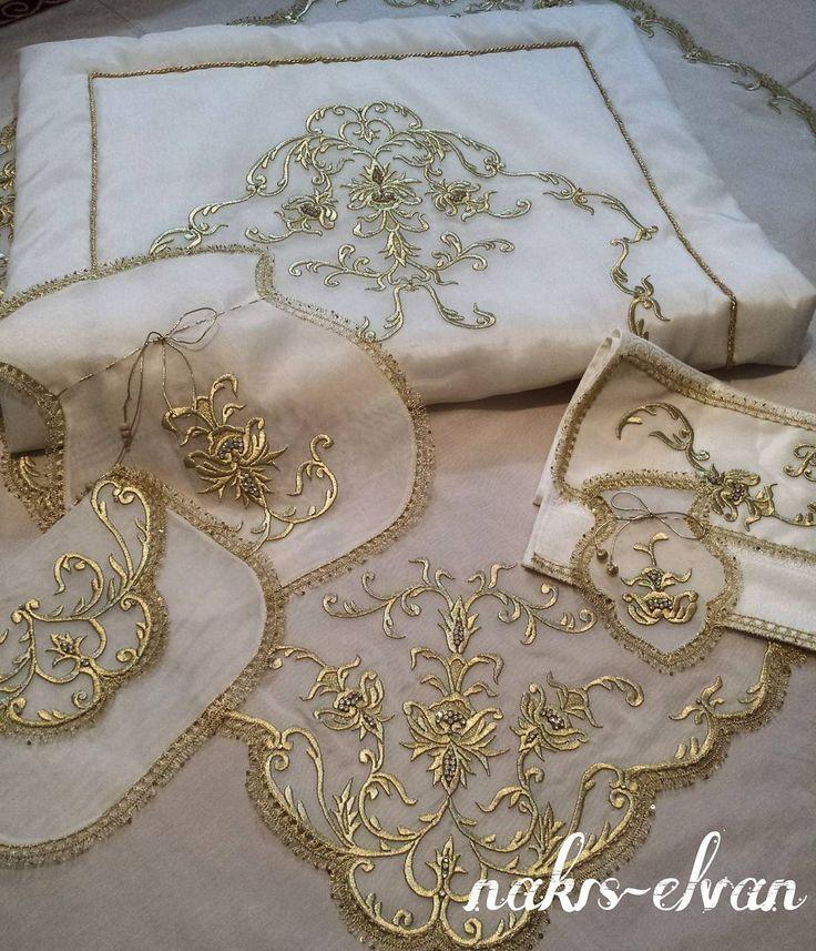 Fatma ElvanMaraş işi bohça takımı. Bohça, seccade, havlu, zarf ve keseler... #maraşişi#bohça#seccade#damatbohçası#nişanbohçası#havlu#kese#zarf#simsırma#embroidery#handmade#simsarma#bohçahazırlığı#bohçatakımı#çeyiz#örtüler#nakış#kişiyeözel#özgün#fatmaelvan