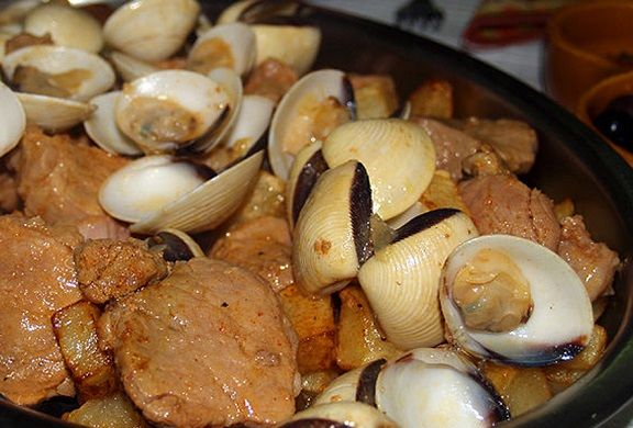 My favorite Portuguese dish!!!  Portuguese Pork and Clams (Carne de Porco à Alentejana) - Easy Portuguese Recipes