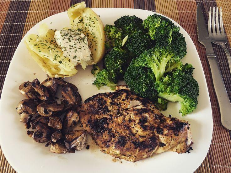 #Almuerzo: 150 g de #pechuga de #pollo a la plancha, #brócoli al vapor, 1 #patata hervida con #humus y #perejil. Tambien unos #champiñones a la plancha.  EvaluacionDeNutricion.com