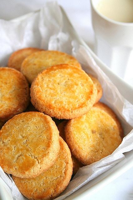 Sablés d'antan (aux amandes) 250g de farine 125g de sucre 65g de poudre d'amandes 1 cc de cannelle (gingembre) 1 pointe de couteau de levure chimique 1 pincée d'anis en poudre (2) 125g de beurre mou zeste d'1/4 de citron finement râpé (rien) 1 oeuf 1 jaune d'oeuf (20g) 1 cs de Cointreau ou autre liqueur d'orange (15g d'eau de fleur d'oranger) 2 gouttes d'arôme amandes 1 jaune d'oeuf + 1 cc de crème pour la dorure