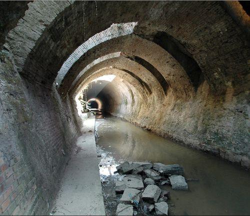 La riscoperta del corso sotterraneo = Accessi nel centro storico realizzati nell'anno 2000 - PROGETTO E DIREZIONE DEI LAVORI arch. Francisco Giordano - http://ec2.it/franciscogiordanoarchitetto/projects/70839-ACCESSI-AL-CORSO-INTERRATO-DEL-TORRENTE-POSA-BOLOGNA-Arch-Francisco-Giordano