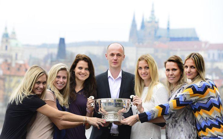 GALERIE: Šampionky s pohárem. Kvitová, Šafářová a spol. pózovaly v centru Prahy | FOTO 1 | iSport.cz