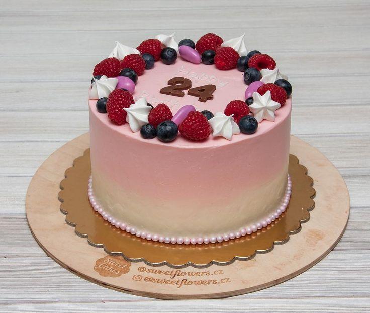 Dort má klasický piškotový korpus smetanový krém a jahody.  Дни летят с такой скоростью что не успеваешь оглянуться как после понедельника уже снова пятница. Это всё предпраздничная суета наверное сказывается. А торт сегодня нежный для девушки. В составе: классический бисквит сливочный крем и клубника.  #cake #dort #krem #dortypodebrady #karamel #narozeniny #happybirthday #narozeninovydort #dortpoděbrady #maliny #boruvky #instafood #instasweet #dortprodĕti #pečení #cukroví #sweetcakes #czech…