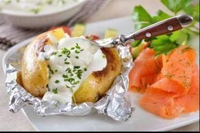 Recette de Pommes de terre à la cendre, sauce yaourt et saumon fumé