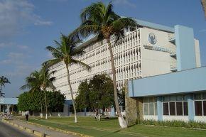 Dit is het Dr. Horacio E. Oduber Hospital. het ziekenhuis heeft plek voor 280 bedden. Het functioneert als een algemeen ziekenhuis met gevestigde banden met de Amerikaanse, Colombiaanse, Venezolaanse, Puerto Ricaanse en Nederlandse ziekenhuizen voor gespecialiseerde behandelingen en zorg.