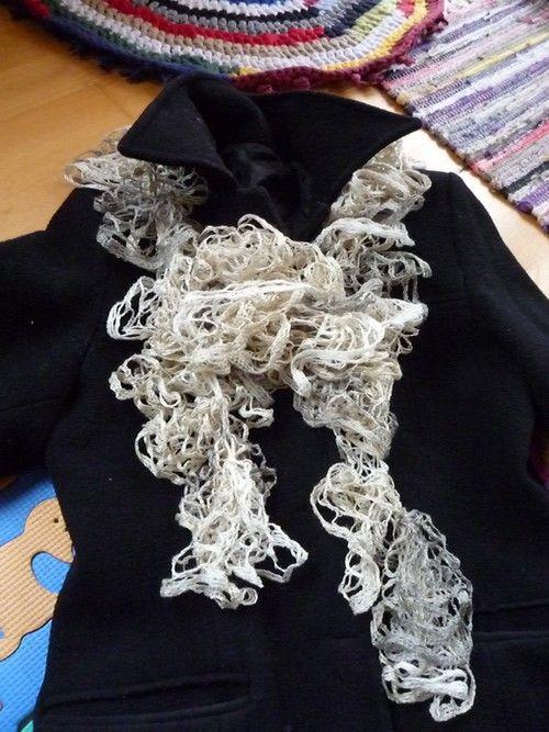 Volánková šála, lehoučká, nadýchaná, hebká, zdobná součást Vašeho šatníku.  Budete originální!