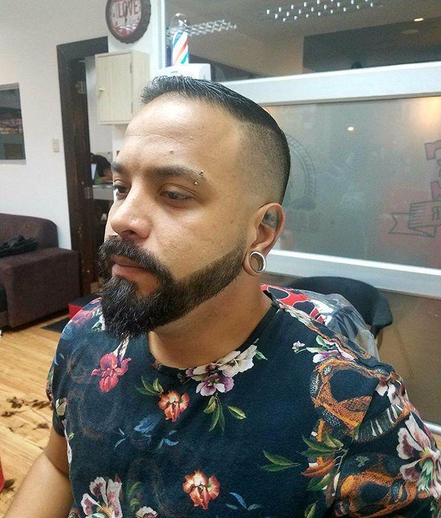 💈Barbershop Muñiz💈 📲0979568568  Bueno mi brother ahora si estamos listos dandole style a ese fade y esa barba... @laer_art gracias por la confianza mi pana... y que se venga el fin de semana💪💪💪💪 @barbero_muniz @loor_muniz @dianaalvarez37 @lovetattooec @leidyblue21 @blacksheepbucaramanga @tattooculture816 #lovetattoos #tattos #tatuajes #barberlounge #barberlove #barberias #barbastyle #haircuts #fade #barba #andismaster #wahl5star #a #tendencias #style #men #t #sambo #clean #i…