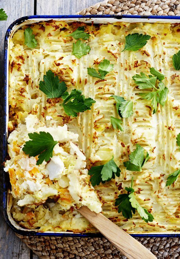 Fisk, kål og kartofler i den samme ret er sundt, enkelt og virkelig lækkert. Med kartoffelmos som låg holder fisken på sin saft og blødhed.