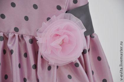 Платье `Милый горошек`. Наряд для семейного торжества или выхода в свет. Простой крой, и ничего лишнего, в таком платье будет очень  комфортно.  Платье бледно-розового цвета в горошек, маленькие рукавчики-крылышки. На хлопковом подкладе,…