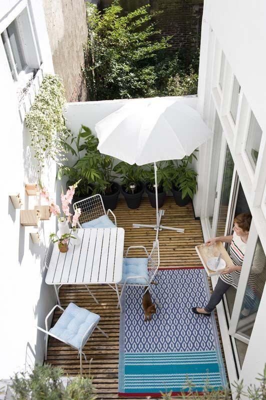 Espace terrasse et son mobilier en métal blanc