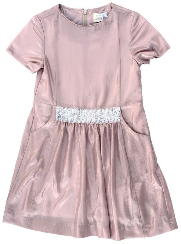 Etiket - oudroze jurk glans - Magnifiek mooie feestjurk in een glanzende, oudroze stof. Korte mouwtjes, zilveren stukje vooraan, fronsjes en steekzakken. Blinde rits op de rug. Losse, katoenen voering. Samenstelling: 100% polyester.