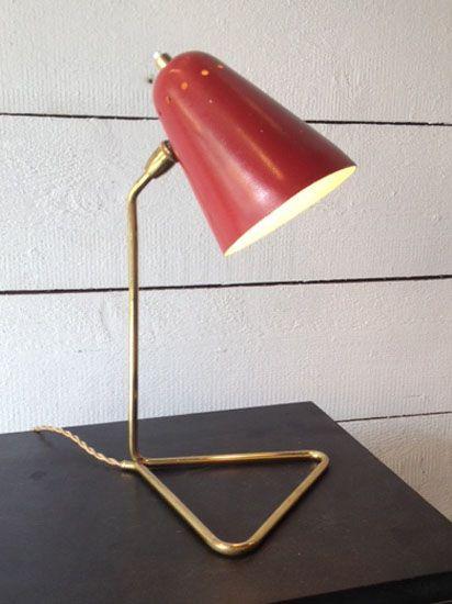 Lampe de bureau de Robert Mathieu en laiton avec un abat jour en métal laqué rouge. France, 1950's Vendu