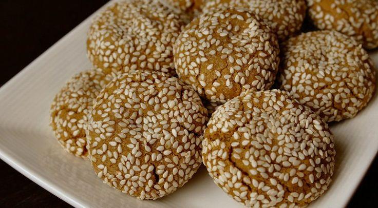 Ik heb weer een lekker zoet recept voor jullie!Deze deze sesamkoekjes zijn gemaakt met tahin, waardoor ze een beetje een nootachtige smaak hebben.