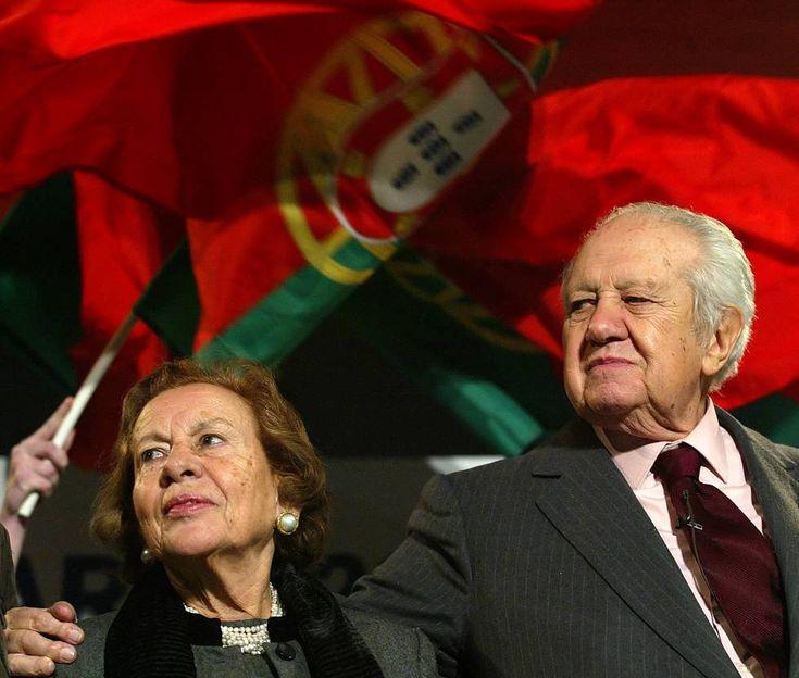 Maria Barroso junto a su marido, el expresidente portugues Mário Soares, durante un acto de campaña, en 2006.