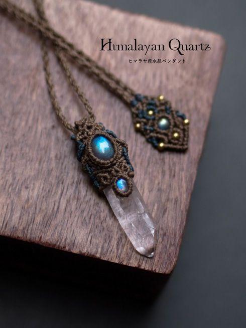 水晶ポイント(ヒマラヤ産)/ラブラドライト(アフリカ産)/ムーンストーン(インド産)マクラメ編みペンダントネックレス紹介&販売。透明感があり力強い印象のヒマラヤ産水晶を使用したマクラメペンダント。 神々に最も近いとされ、神々が宿る山とされているヒマラヤ山脈。 その山からとれるヒマラヤ水晶には神々のエネルギーがあるとされ、 非常にエネルギーの強いクォーツとして高く評価されています。 ペンダント上部にはブルーのシラーが美しく輝くラブラドライトとムーンストーンをあしらい 石が際立つよう2色の蝋引き糸で丁寧にあみあげました。 男女問わずお使いいただけるユニセックスペンダントに仕上がっています。