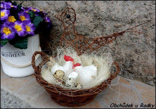 Dekorace s keramickou slepičkou a kohoutkem v košíku