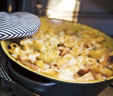 Servera en smak av Italien med denna härliga och snabba pastagratäng! Gratinera dina bitar av salt kassler, kronärtskockor, vitlök, kokt pasta och soltorkade tomater med smarriga ost- och tomatsåser. Duka fram din osttäckta gratäng med fräsch ruccola.