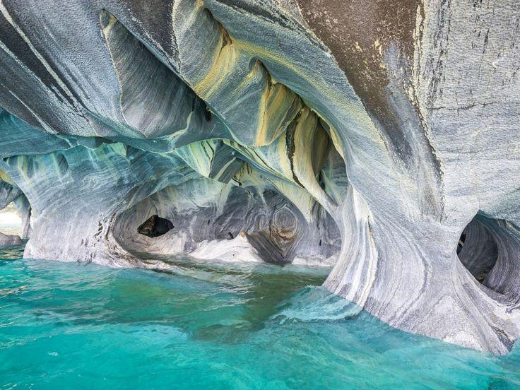 Οι σπηλιές δεν είναι πάντα σκοτεινές και το πιο τρανταχτό παράδειγμα είναι οι μαρμάρινες σπηλίες της Παταγονίας. Οι λείοι κυμματισμοί δημιουργήθηκαν εδώ και 6000 χρόνια από τα κύμματα που συντρίβονται και διαβρώνουν τη πέτρα.