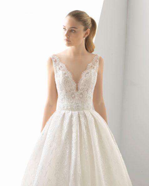 vestido de novia romántico de encaje y pedrería. escote deep-plunge