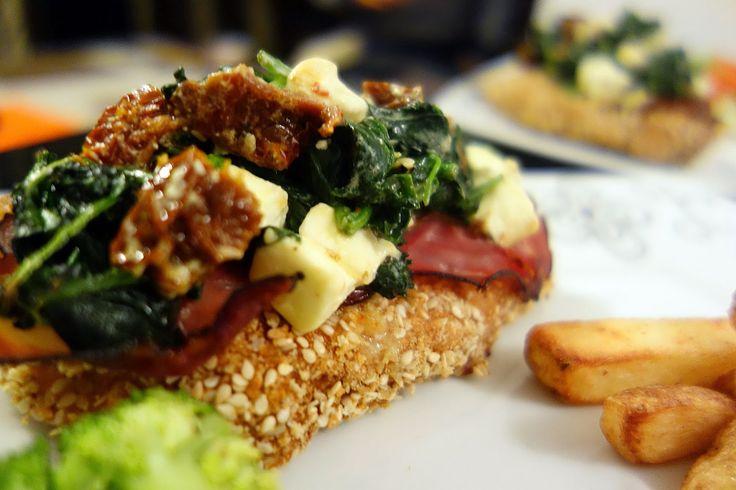 Mania Gotowania: Piersi z kurczaka pod pierzynką szpinakową