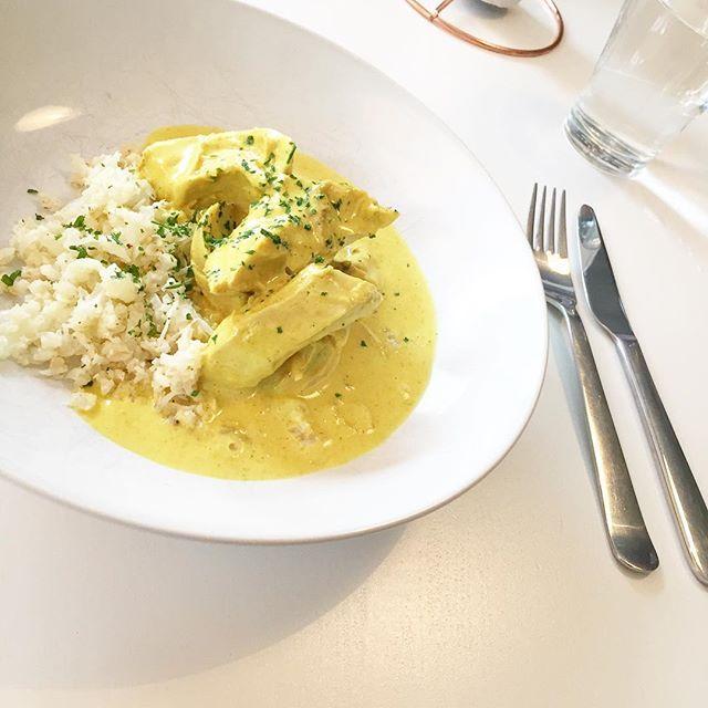 MIDDAG 🌿 . När minstingen i familjen får bestämma middag. Ja då blir det fasen succé 💁🏼 Kokt kyckling i currysås samt smörstekt blomkålsris 🙌🏼 Fy bubblan så gott 👌🏼 Recept finns på bloggen- direkt länk i profil 💕