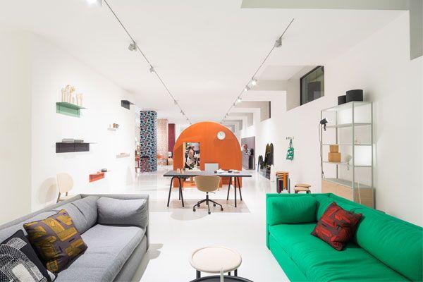Twee #sofa's van #Wrong for #Hay in het #grijs en #groen.