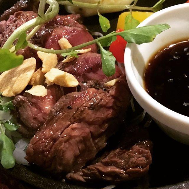 小倉北区鍛冶町に全く新しいジャンルのお店‼️ 大衆『肉バル』ROSSOです🍖 『黒毛牛』『希少部位』のステーキをリーズナブルにご提供いたします‼️ こちらは大人気のハラミステーキ🍖 ジュワッとしみ出る肉汁と柔らかいお肉を是非お楽しみください‼️ 肉バル ロッソ ステーキ&ワイン ☎️電話番号 0933838011☎️ #ROSSO #ロッソ #北九州 #小倉 #鍛冶町 #beef #肉 #肉バル #고기 #ステーキ #ハラミ #黒毛牛 #希少部位 #ランチ #ディナー  #乾杯 #wine #ワイン  #ビール #ハイボール  #肉スタグラム #フォトジェ肉  #肉会 #肉食 #女子会 #宴会 #コンパ  #デート