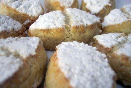 Ricciarelli sind ein Mandelgebäck aus Italien, das im Inneren weich wie Marzipan ist. Ricciarelli werden oft zu festlichen Anlässen serviert.