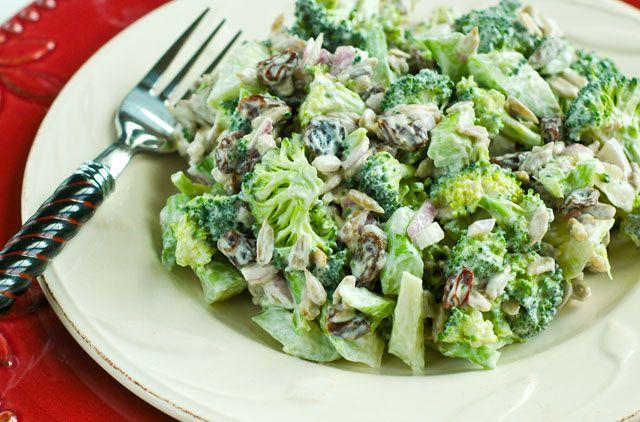 Broccoli Raisin Salad: Заправка: 1 ч. замоченного в воде кешью, Сок из 1 1/2 лимонов, 2 ч. л. масла, 1/4 ч. воды, 1 лук-шалот, 2-4 зубчик чеснока, 2 ч. л. Агавы или меда, 1/2 ч. л. горчицы, щепотка морской соли. Салат: 5 ч. рубленых Брокколи 1 красная луковица, 1/3 ч. изюм 1 ч. семечки подсолнуха