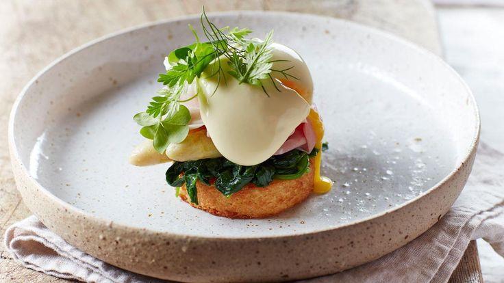 Dit is onze versie van de wereld beroemde 'Eggs Benedict' die tijdens het ontbijt en de brunch geserveerd worden. Onze versie past ook nog eens in de lunch en het diner!