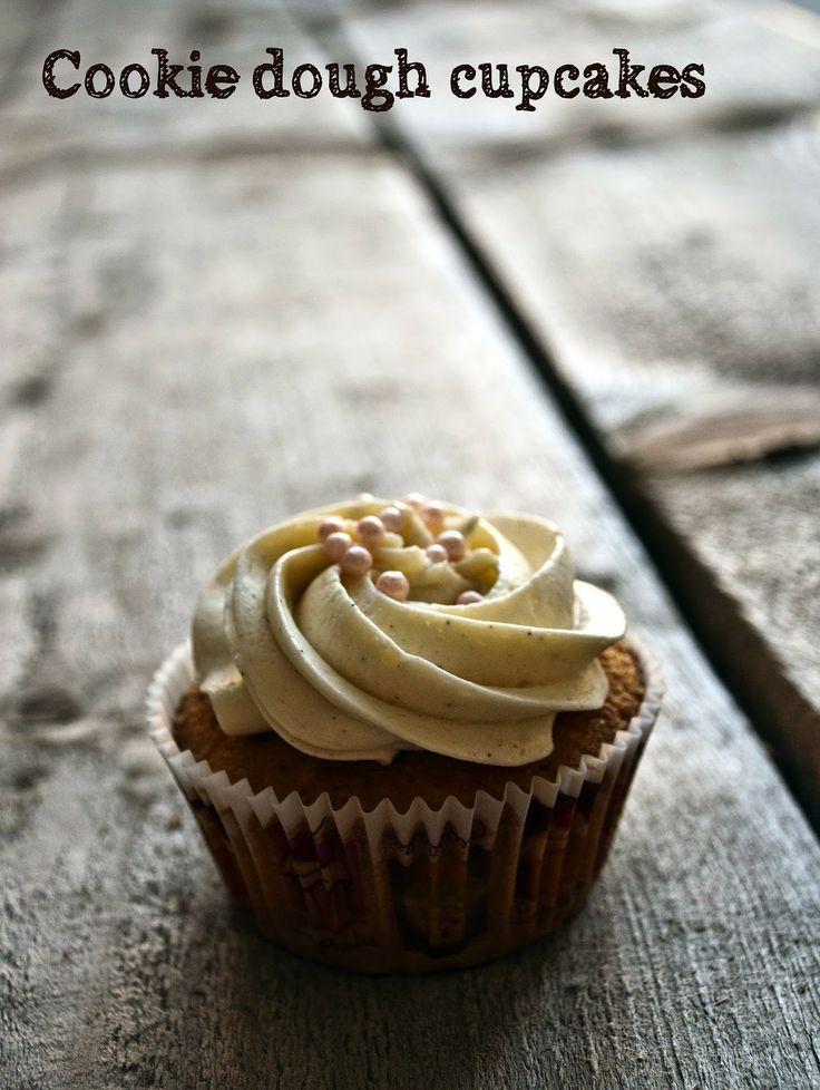 Waniliowe cupcakes z ciasteczkowym środkiem