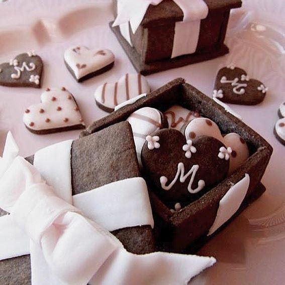 サクサク!チョコレートクッキーに、ベリーのアイシングで作る、天然の色素で作るアイシングクッキー・シーズナルレッスンのお知らせです! Cookie Box を作り、その中に小さなハートのチョコレートクッキーを詰めて持ち帰り クッキーで作るBOXを完成度高く美しく作るコツをご習得いただきますよ! さらにシュガーペーストで作るおリボンの作り方をご習得いただきます。 このクラスは単発受講可能、初心者の方からご参加いただけます。 皆様のお越しを心よりお待ちしております! 【日 程】 1/26(木)11:00〜13:30 1/27(金)11:00〜13:30 1/28(土)10:00〜13:00、14:30〜17:30 #天然色素 #アイシングクッキー #バレンタイン #クッキー #手作りスイーツ #スイーツ #おやつ #ティータイム #バレンタイン #お菓子教室 #cookies #chocolate #royalicing #icingcookies #chocolat #patisserie #valentine #misakosweets #instafood