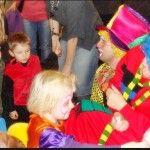 klaun maluje twarze dzieciom