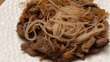 Fideos de arroz con verduras, ternera y salsa de soja