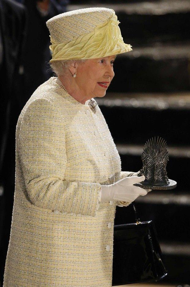Rainha Elizabeth visitando o set de filmagens de Game of Thrones (Foto: Agência Reuters)