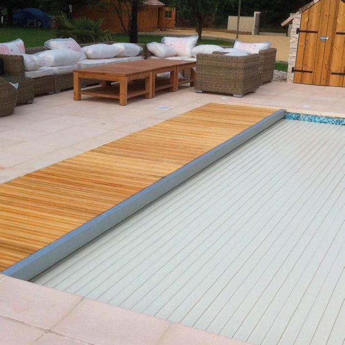 Volet de piscine immergé : Très simple d'utilisation, en un simple tour de clé, le volet immergé s'ouvre et se ferme à votre convenance, sans le moindre effort et sans aucun bruit.