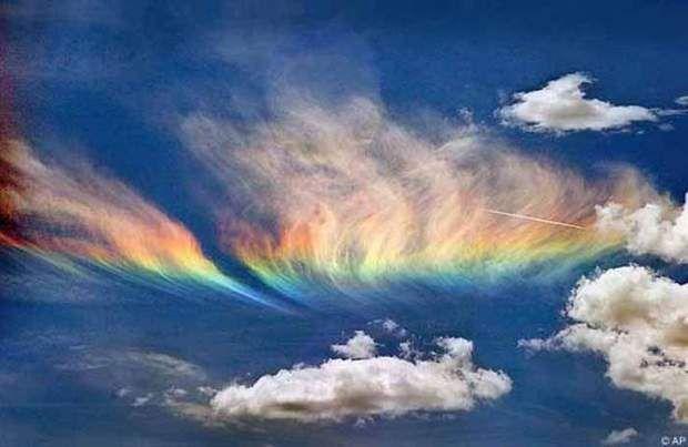 Les arcs circumhorizontaux, ou fire rainbowsCe phénomène atmosphérique optique a l'apparence d'un arc-en-ciel horizontal, qui formerait comme un halo sous le soleil. Si le phénomène est beaucoup plus rare en Europe – on en observe en moyenne 0,10 fois par an! – qu'aux Etats-Unis, il s'observe pourtant sous des latitudes comprises entre 55° nord et 55° sud. Et les conditions suivantes doivent être réunies: un soleil haut placé dans le ciel et des nuages plein des cristaux de glace plats et…