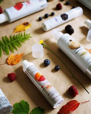 Molto è nascosto nelle colorate bacche nordiche... vitamine, antiossidanti e altri principi attivi preziosi per mantenere la pelle luminosa e protetta! http://www.vecchiabottega.it/mossa-cosmetics/ #mossacosmetics #vecchiabottega #negoziobioonline #acquistionline #ideeregalo #natale2016 #ecocert #certifiedorganic #organic #skincare #madeinlatvia  Photo www.ida365.fi