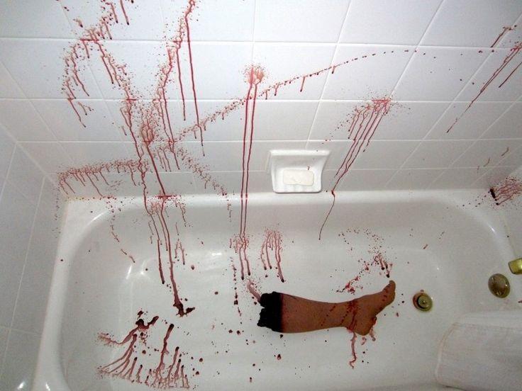 Badezimmer dekorieren mit blutigem Bein in der Badewanne ...
