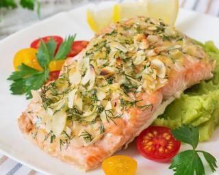 Pavé de saumon diététique en croûte d'amandes effilées à l'aneth