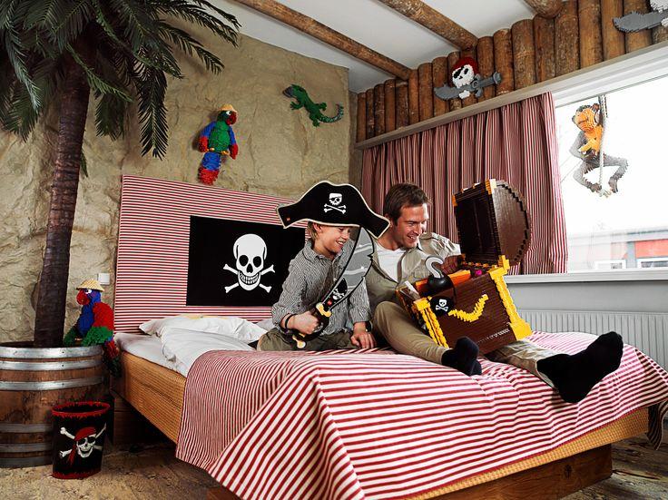 Familievakantie in Denemarken. In Hotel LEGOLAND® in Billund heb je speciale themakamers voor gezinnen, zoals deze piratenkamer!