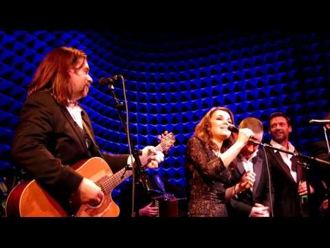 "Russell Crowe, Samantha Banks, Hugh Jackman, Scott Grimes, Kevin Durand & Great Big Sea's Alan Doyle on stage in NYC for an indoor garden party covering The Pogues' ""Fairytale of New York""."