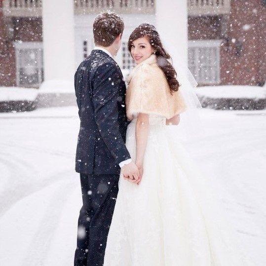 A LEGSZEBB TÉLI ESKÜVŐK | Bár a fehér karácsony idén is elkerült minket, összeszedtünk Nektek egy csokor gyönyörű képet téli esküvőkről. Van köztetek, aki télen tartotta a mennyegzőjét? Ne habozzatok megosztani velünk képeiteket akár üzenetben, akár itt, a poszt alatt! #téliesküvők #esküvőkhóesésben