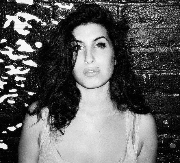 Sieh dir Videos an & höre kostenlos Amy Winehouse. Amy Jade Winehouse (* 14. September 1983 in Southgate, London; † 23. Juli 2011 in Camden, London) war eine britische Sängerin und Songschreiberin. Den internationalen Durchbruch schaffte Winehouse 2006 mit dem Album Back to Black. Sie verkaufte in ihrer achtjährigen Karriere über 25 Millionen Tonträger und wurde unter anderem mit sechs Grammys ausgezeichnet. Als ihr optisches Markenzeichen galt die Beehive-Frisur, die durch Winehouse ...