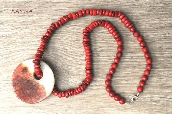 """COLLAR """"ROUGE""""  Cuentas coral rondel rojo, con bolas de coral rojo y colgante donut ágata dragón rojo-blanco. - cuentas: coral rondel rojo (10x3 mm), coral rojo (8 mm) - colgante: colgante donut ágata dragón (55 mm diámetro) Largo total del collar: 33 cm"""